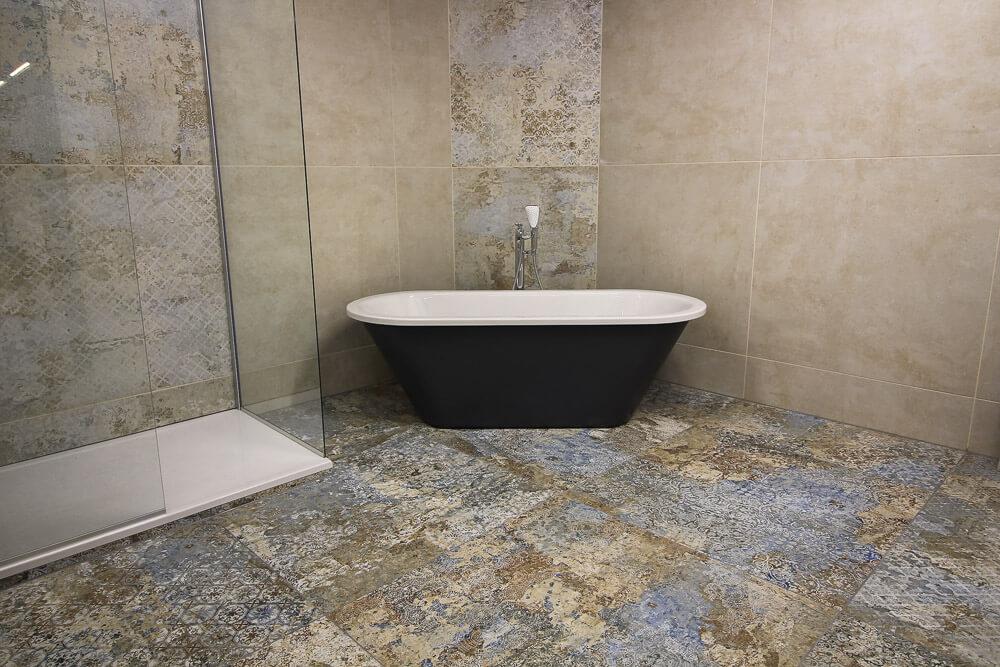 Dekorative Badezimmerfliesen mit Badewanne und Dusche in Grau